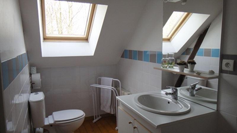 Chambre meublée avec cabinet de toilette