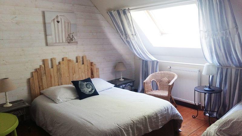 Chambre meublée joliment décorée