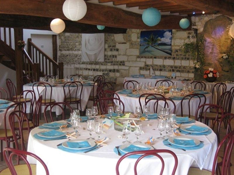 Salle des fêtes avec vaisselle et mobilier